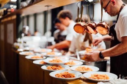 Olimpiai hősök a konyhában – Sztárséfek főznek hajléktalanoknak