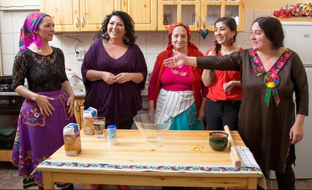 A Masina mesékben Mautner Zsófia gasztroblogger és a Romani Gastro háziasszonyai főznek együtt roma emberekkel. Fotó: Masina Mesék // Roma Sajtóközpont