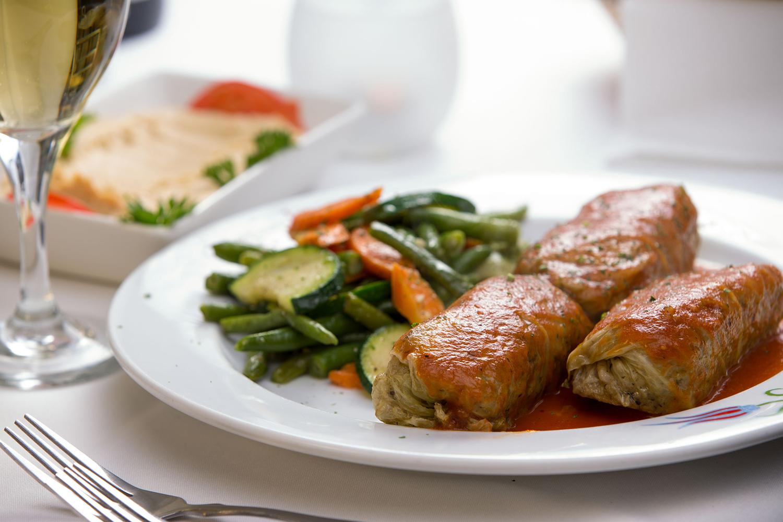 Török töltött káposzta párolt zöldbabbal, sárgarépával és a cukkinivel