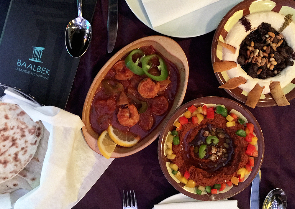 Baalbek Lebanese Restaurant - bárányhúsos és fenyőmagos hummusz, diós paprikakrém és rák római köményes paradicsomszószban (Fotó: Budai Zsanett)