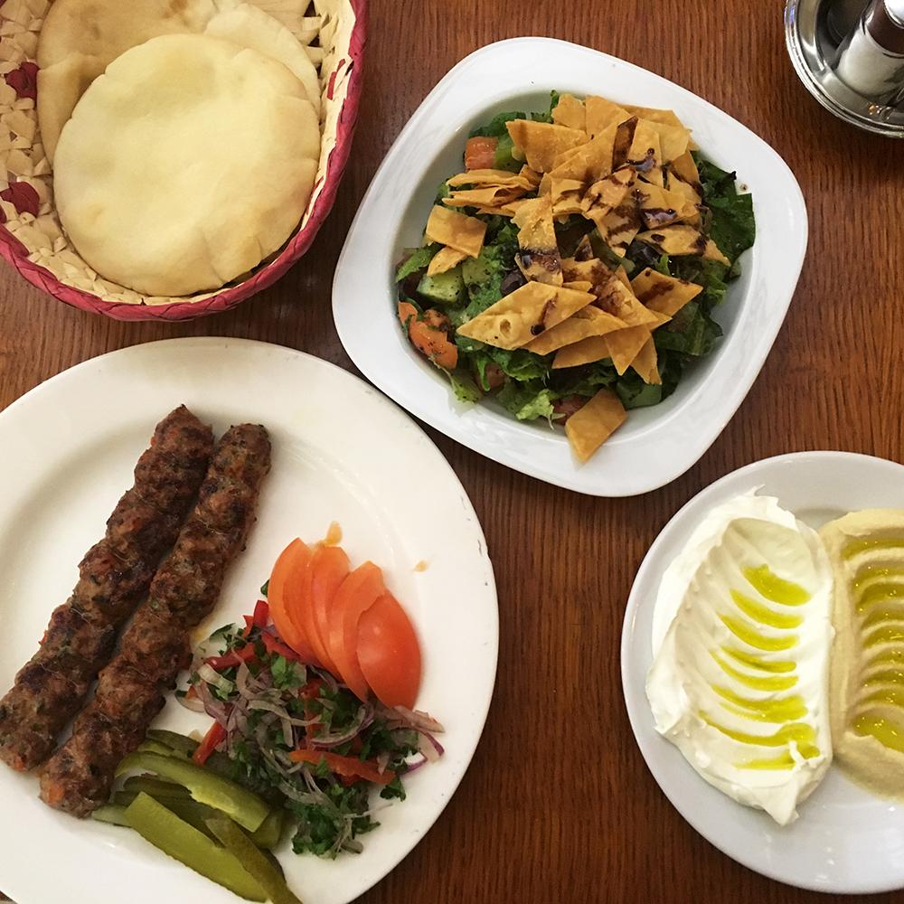 Al-Amir Étterem - bárány kebab, humusz és labneh, fettus gránátalmasziruppal (Fotó: Budai Zsanett)